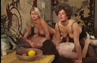 Donna bionda con gli stivali, pubblico, assolo con donne troie nude cazzo di gomma all'aperto
