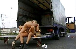 Le porno di donne nude ragazze mostrano le loro fighe da vicino nella compilation retrò
