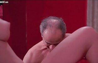 Una donne nude film porno ragazza con una grande figura, accarezzando le dita la sua figa bagnata