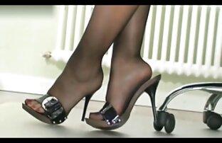Giovani ragazze nude strofinare il suo L. sopra il ginocchio ottenere chat donne nude un orgasmo a casa, sul letto, di fronte a una webcam monitor