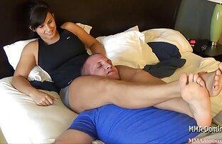 Elegante, mature italiane nude matura, bionda, porta la persona a letto e lei con lui