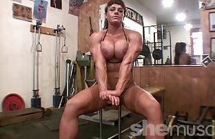 Una bruna matura fa uno splendido massaggio video di donne nude gratis erotico a un cliente con il suo corpo