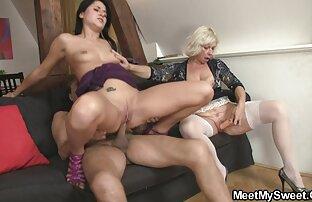 Una donna matura succhia il donne nude in cam cazzo di una persona felice e lo masturba con il suo latte