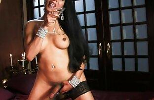 Sexy giovane modello erotico a piedi in una linea depravato intorno donne nude pornografiche al cortile
