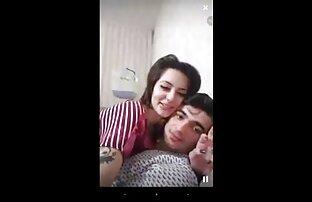 Sorella muscolare uno studente snello in una posa video sexy donne nude testa sul divano