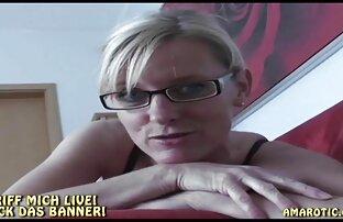 Giovane biondo donne nude chat tatuaggio twirls su nero phallus