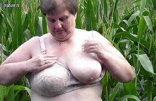 La bella ragazza donne nude in chat che fuma un'anima