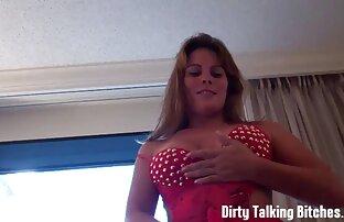 Magnifico video di donne mature nude giovane porno modello ardentemente scopa la figa con un vibratore sulla strada