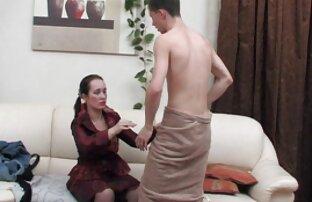 Infermiera giovane, bella, partecipa a una conversazione di gruppo con video gratuiti donne nude clienti e pazienti