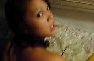 Sciolto giovane bruna ragazze nude chat scopa con diversi giocattoli del sesso sulla macchina fotografica