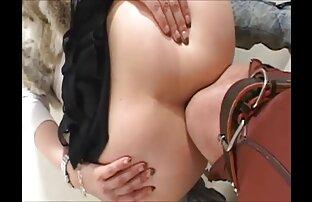 Modello giovane porno depravato sedersi sul fondo dei pantaloni e leccare figa video di ragazze nude gratis