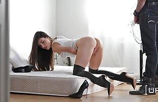 Giovane ragazza giapponese infila la mano nelle sue video hot donne nude mutandine e accarezzando le piume L.